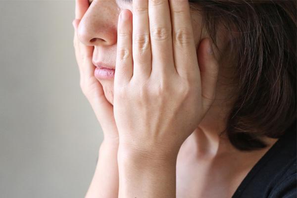 顔のシミ対策に美白液をつける写真